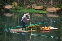 打捞水草工作人员