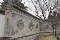雕花纹青瓦灰墙