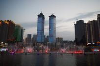 贵阳双子塔楼体LED动画与彩色喷泉