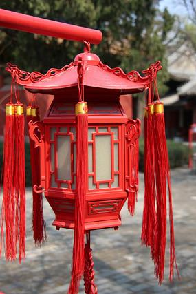 红色传统六角木灯笼