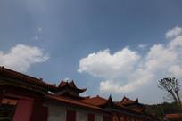 蓝天白云下的寺庙屋檐