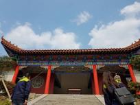 蓝天白云下的寺庙一角