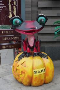 南瓜上的青蛙雕像