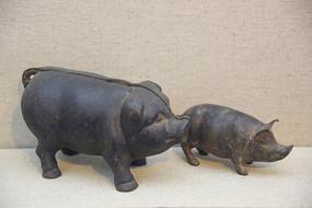清代铸铁猪形存钱罐