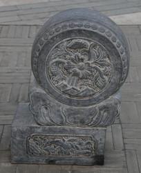 石雕荷花纹鼓形门墩