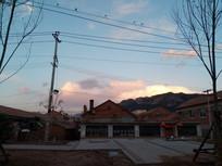 天空霞云下的村庄