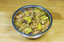 一盆鸡肉香菇炖土豆