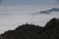 云海下的山峰