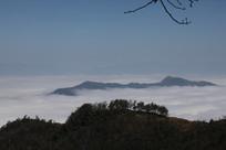 云雾环绕的山峰