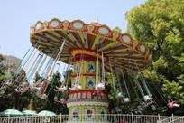 儿童公园里旋转的单人飞天