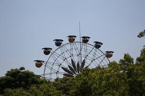 儿童公园里旋转的小型摩天轮