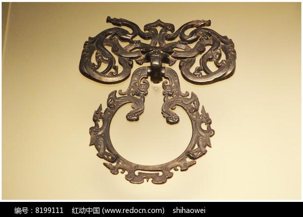 刘胜椁上的镂雕龙凤纹银铺首