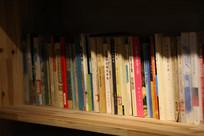 书架上的书籍