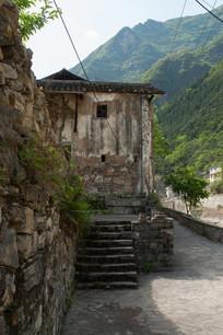 重庆巫溪宁厂古镇小路上的民居