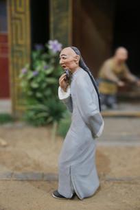 彩色泥塑清代穿长袍长辫子的老人