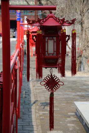 挂中国结的六角木灯笼