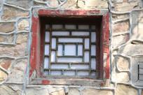 回文图案的石墙上窗户