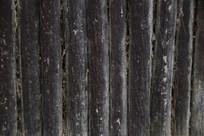 联排的木桩背景