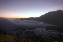 夕阳西下的梯田与山峰