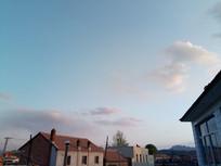 村中瓦房上的天空