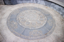 地面的荷花浮雕