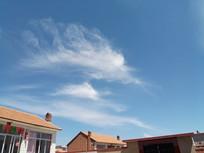两座房子上的云图片