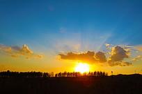 夕阳光芒与树木云彩