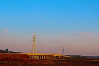 傍晚蓝色天幕下的桥梁