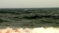 大风中海水图片