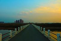 夕阳下的桥梁