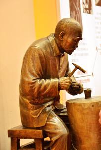 铜雕打铁老人