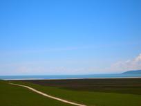 湖边的草原与公路