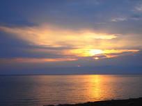 青海湖上的朝阳升起