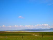 远处彩色的湖泊