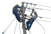 电杆上工作的电力工人