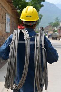电力工人的背影