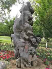 公园里的艺术石雕