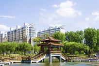 烈士山湖上凉亭与居民多层建筑