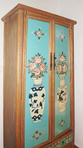 青花瓷花纹的木衣柜