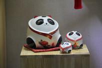 憨态可掬的大熊猫陶瓷工艺品