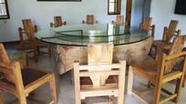 餐厅的木餐桌