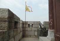 城墙上面的古炮和旗帜