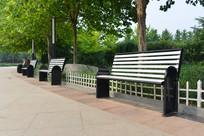 城市公园里的长条椅