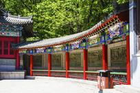 千山财神庙元辰殿右侧壁雕墙长廊