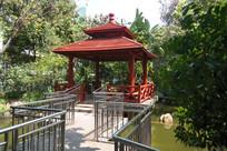 锦鲤池边的红色凉亭