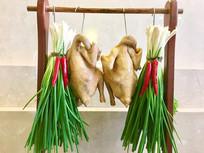 两只白切鸡