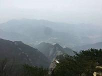 云雾弥漫的山峰