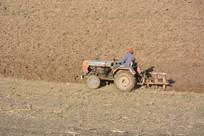 耕地作业的拖拉机