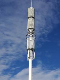 蓝天下的移动信号塔
