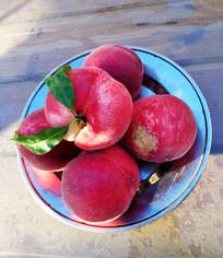 鲜红的桃子